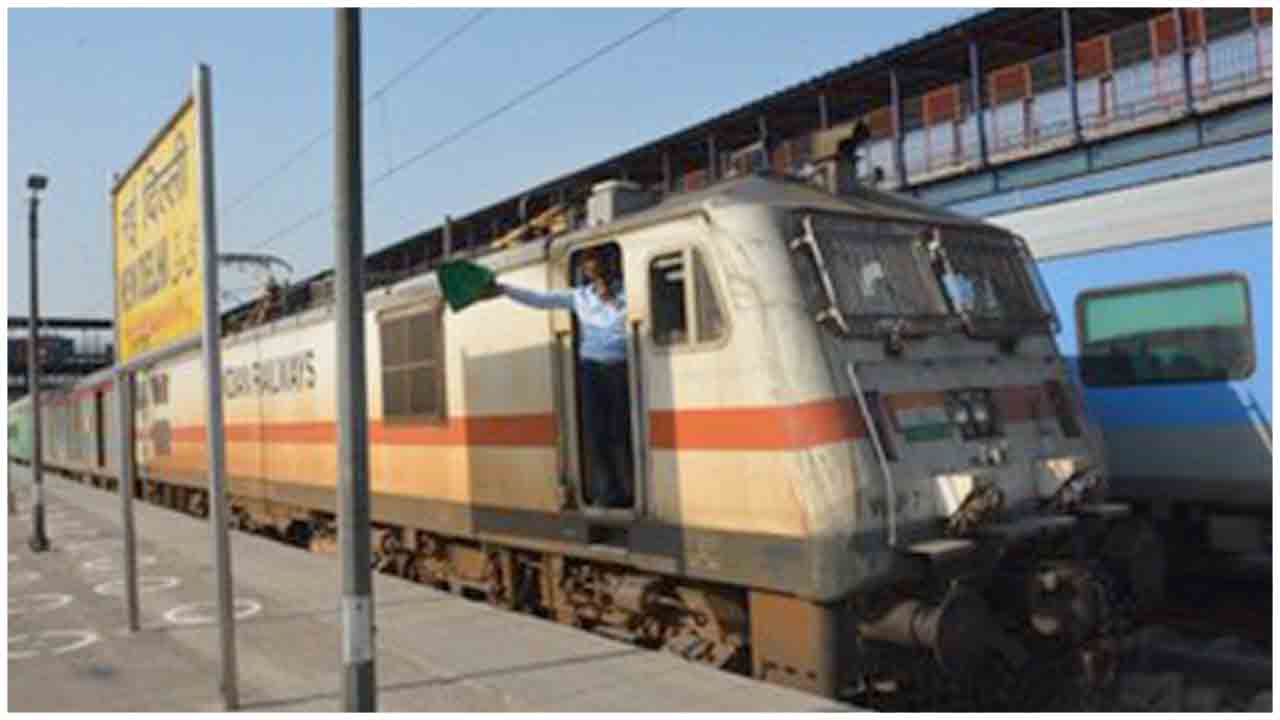 First Special train 02422 from New-Delhi to Bilaspur departed from Delhi Today