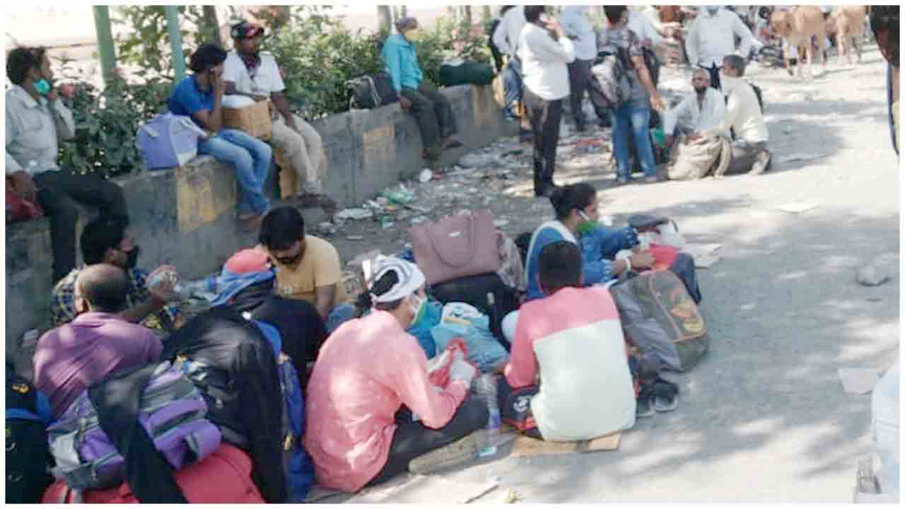 Govt Distributed Mineral Water and Electrolyte powder to Migrant Workers on Godhbandar Road