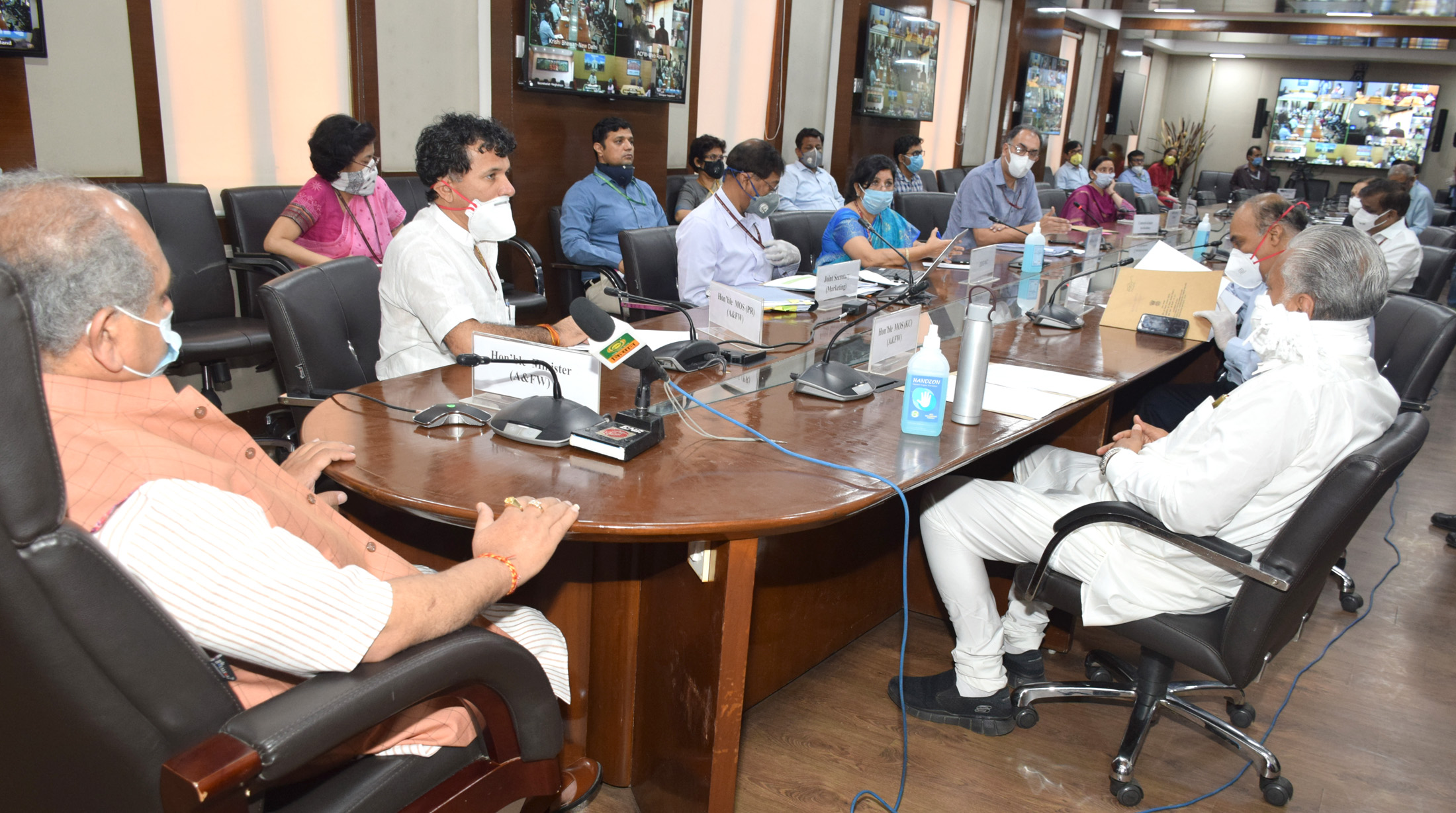 The Union Minister for Minority Affairs and Chairman, Central Waqf Council, Shri Mukhtar Abbas Naqvi addressing the CEOs, Chairmen of state Waqf boards through video conferencing, in New Delhi on April 16, 2020.