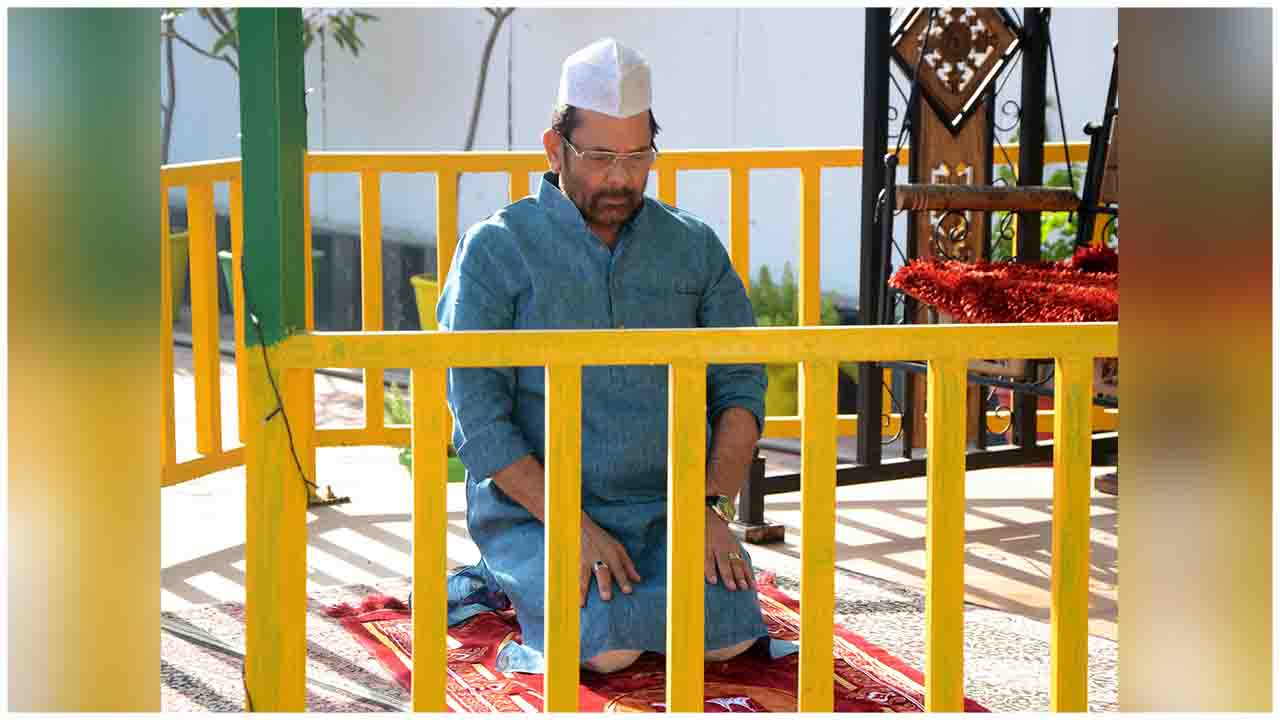 The Union Minister for Minority Affairs, Shri Mukhtar Abbas Naqvi offering Namaz on the occasion of Idu'l Fitr (Eid), at his residence, in New Delhi